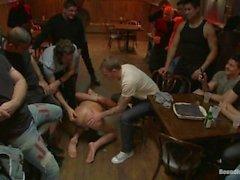 Блондинку Ломоть подвергается унижениям в баре Full Of Незнакомцах - Сцена 1