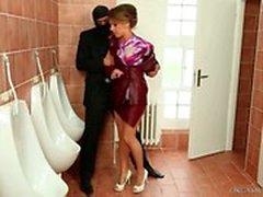 Menina que obtem pregado no lavabo