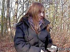 La belleza checa folla por dinero en efectivo en los bosques