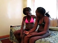 As lésbicas africanas Urbi e Iverem apreciam a puta do dildo
