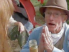 Båda perv hobos knulla en nymphet i skogen
