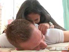 BoxTruckSex - Brunette saugt Bälle dann bekommt ihr Gesicht von einem riesigen Schwanz gefickt