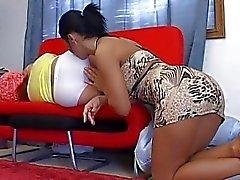 Lesbica bionda viene leccò il culo mentre lei dorme sul divano di