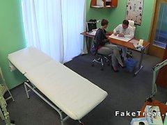 Arzt fickt kurzhaarige Patient auf Überwachungskamera