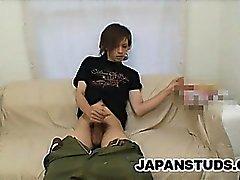 Tizio giapponesi Shane Omura si masturba il cazzo mentre cerca
