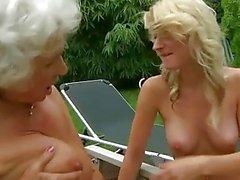 La abuela tetona cachonda fucks blonde joven