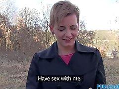 Les femmes poil à court PublicAgent la nique étrangère
