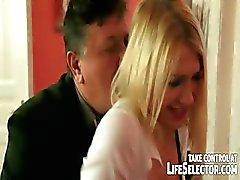 Vreemdgaan dienstmeisje krijgt gestraft door boze vrouw .