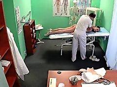 Поддельная врачом pussylicks медсестре о осмотровым столом