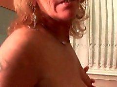 Kypsät hoe masturbointia pussy keittiössä