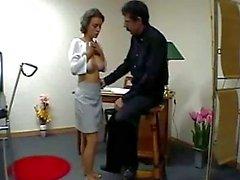 Busty adolescente que de conseguir su culo Tetas frotó Spanked Para Red por el médico