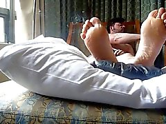 röka och fötter i sängen