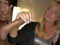 Возбужденный Housewives Поделиться для снятия оболочки MonsterCocks