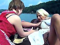 Julie azeitona Ménage no barco de