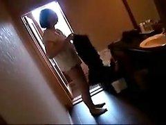 Une jeune femme japonaise séduisante a son amant cornée qui l'embrasse.