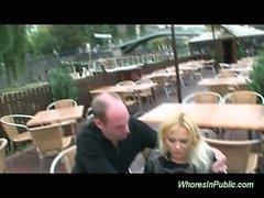 Блондинка Большие Груди шлюха отсасывает в общественной принимая Сперма