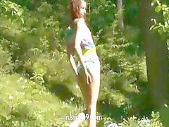 Vingeren de vagina in het bos