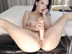 Sexy chica con tetas enormes jugando su coño