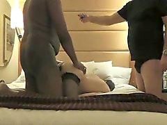Kinky-Mann beobachtet seine lüsternen Frau einen schwarzen Schwanz nehmen