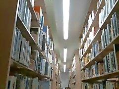 Camgirl gefangen nackt in der belebten Bibliothek