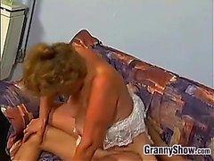 Mollige Oma Ficken auf der Couch