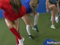 Stelletje ondeugende amateur meisjes voetbalwedstrijd en kauwend