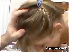 блондин любительский всасывает свой собственные сперму от трудно