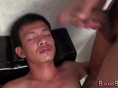 Gay asiatisk twink pissing