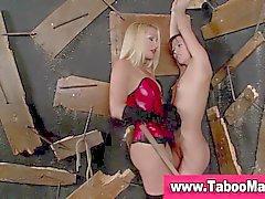 Lesbo dominas Spanks och fingrar bundet hackor rumpan i den hd