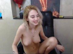 Hory teen 18 yaşındaki kız webcam'de oyuncaklarını mastürbasyon yapıyor