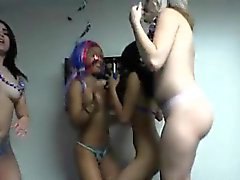 Horny College Hoes Get Naked während der Party