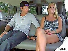 Sehr jungen Amateur Blondine wird bei dem Bus gelockt Bang