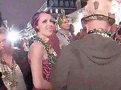 Zufällige Amateure in der Öffentlichkeit blinkt während des Karneval