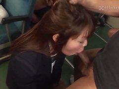 Yayoi Yoshino gefangen in Bus Gangbang (Uncensored JAV)