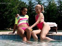 Havuz sensually öpüşme genç ikilisi