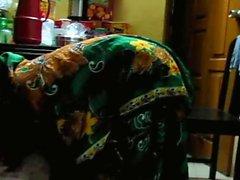 Bangladeshi maaseudulla naisen kumartumista