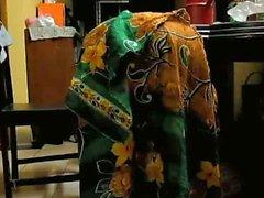 femme rurale bangladaise se penchant sur