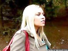 Hete rondborstige blonde ex -model is buiten en krijgt een pik te zuigen