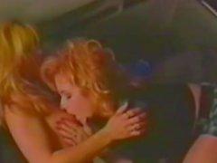 Две блондинки берут лимузина и протирая вкусно