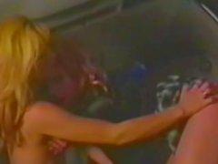 Kahta blondin ottavat limusiini sekä hankaus namia