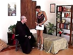 Weiß Priester wird zu eines Sünderin dieser Schönheit Afrikas
