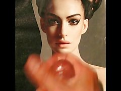 Anne Hathaway уход за лицом данью нар на ее лице свой мобильник