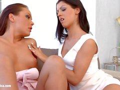 Cena lésbica sensual por Sapphix com Vivien Bell e A