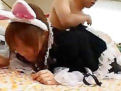 Маленький азиатский прислуга получает ее сладкую попку отшлепать и трахавший