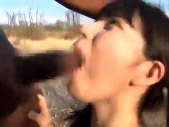 Baise extérieure interracial avec facial après pipe