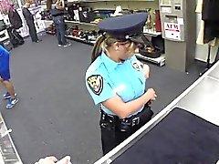 Gros seins femme de police adore considérable coq gras