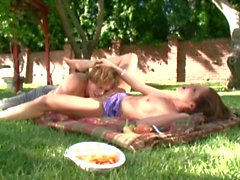 Outdoor sex dans le jardin avec Carolyn Reese a