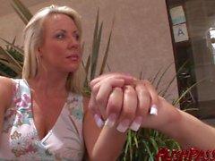 Di Carolyn insegna una young stud come cazzo una suocera !