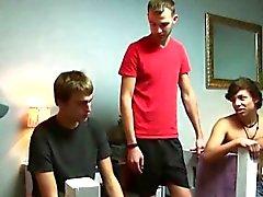 College Boy First Time saugt Schwanz in den Studentenwohnheimzimmer