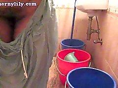 Reizvolles indischen Babe Bhabhi Lily Washing Unterwäsche Ober